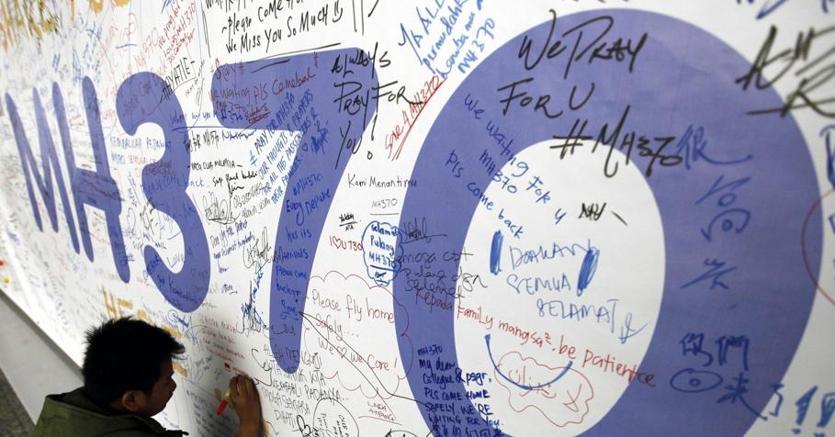 Le firme su un muro che ricorda il numero dell'aereo scomparso
